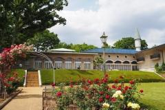 大集会堂(シャトー赤柴)とバラ園