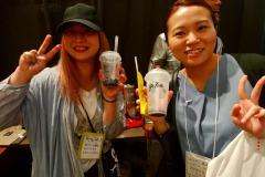 (左)タピオカを飲むのがめっちゃ下手なインスタグラマーと(右)ようやく流行にのって初めてタピオカをのんだ人