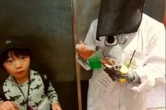 ペンギンの人工保育をする飼育員と、ペンギンの餌やり体験